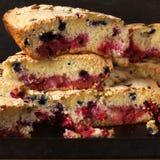 Pila di fette della torta della frutta fotografie stock