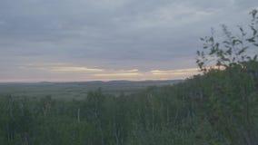 Pila di fieno sul pendio di collina sotto un cielo minaccioso nel primo mattino Foschia di paesaggio del campo di autunno di matt stock footage