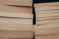 Pila di fondo dei vecchi libri Molti libri su un mucchio Libri su fondo d'annata Fotografia Stock Libera da Diritti