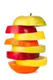 Pila di frutta affettata variopinta con la mela e l'arancia Immagini Stock