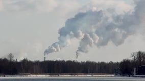 Pila di fumo del camino Inquinamento atmosferico e tema del mutamento climatico stock footage
