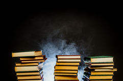 Pila di fuoco senza fiamma di libri Immagini Stock