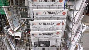 Pila di giornale di Le Monde del francese con il ritratto di Stephen Hawking stock footage