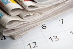 Pila di giornali e di calendario immagini stock libere da diritti