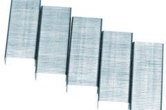 Pila di graffette del metallo. Isolato su un bianco. Immagine Stock