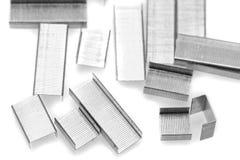 Pila di graffette del metallo. Isolato su un bianco. Fotografia Stock