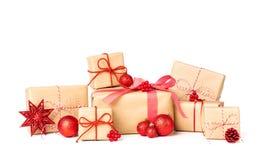 Pila di Laarge di contenitore di regalo avvolta in carta riciclata con l'arco del nastro e l'ornamento di natale immagine stock