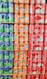 Pila di latte della coca-cola, di Sprite e di Fanta di succo nel deposito del supermercato del Carrefour Fotografie Stock Libere da Diritti