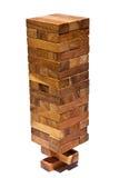 Pila di legno con lo stato instabile sul BAC bianco Fotografie Stock
