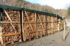 Pila di legno nell'orario invernale in una regolazione alpina Fotografie Stock Libere da Diritti