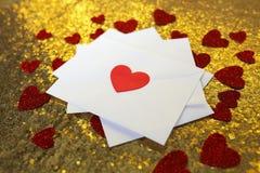Pila di lettere di amore di giorno del ` s del biglietto di S. Valentino sul fondo dell'oro con He Immagini Stock Libere da Diritti