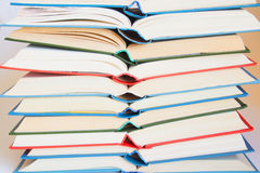 Pila di libri aperti immagini stock