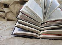 Pila di libri aperti Fotografie Stock Libere da Diritti