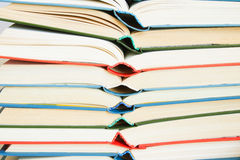 Pila di libri aperti immagine stock