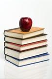 Pila di libri con Apple Fotografia Stock Libera da Diritti