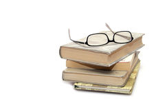 Pila di libri con gli occhiali fotografia stock libera da diritti