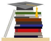 Pila di libri con il cappuccio della toga Fotografie Stock Libere da Diritti