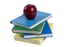 Pila di libri con la mela rossa Immagine Stock