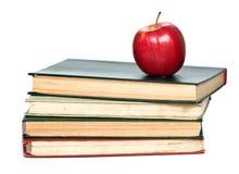 Pila di libri con la mela rossa Immagini Stock Libere da Diritti