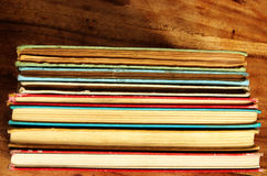Pila di libri d'annata variopinti Fotografia Stock