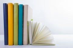 Pila di libri del hadrback su fondo bianco Concetto di istruzione delle biblioteche Di nuovo al banco Copi lo spazio immagini stock