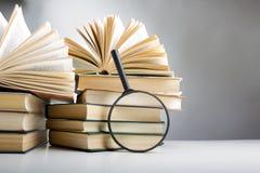 Pila di libri del hadrback su fondo bianco Concetto di istruzione delle biblioteche Di nuovo al banco Copi lo spazio fotografie stock