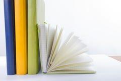 Pila di libri del hadrback su fondo bianco Concetto di istruzione delle biblioteche Di nuovo al banco Copi lo spazio immagini stock libere da diritti