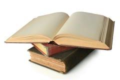 Pila di libri dell'annata con lo spazio in bianco aperto sulla parte superiore Fotografia Stock