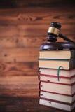 Pila di libri di legge con il martelletto del ` s del giudice sulla cima Fotografia Stock Libera da Diritti