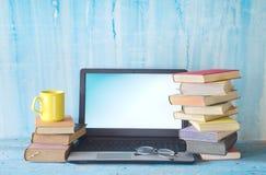 Pila di libri e di computer portatile, imparante, istruzione, spazio della copia fotografia stock libera da diritti
