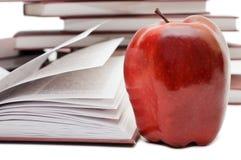 Pila di libri e di mela isolati Fotografia Stock Libera da Diritti
