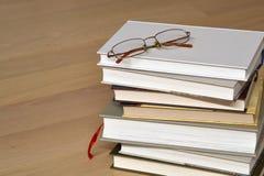 Pila di libri e di vetri Fotografie Stock