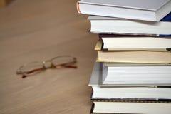 Pila di libri e di vetri sul pavimento Fotografia Stock Libera da Diritti