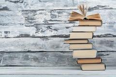 Pila di libri Fondo di istruzione Di nuovo al banco Prenoti, libri variopinti della libro con copertina rigida sulla tavola di le Fotografia Stock Libera da Diritti