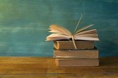 Pila di libri, libro aperto Immagini Stock