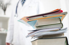 Pila di libri medici Immagini Stock