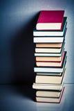 Pila di libri molto alta Fotografie Stock