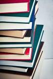 Pila di libri molto alta su una tavola Fotografia Stock