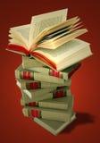 Pila di libri su colore rosso Immagine Stock