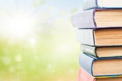 Pila di libri su fondo verde Fotografia Stock Libera da Diritti