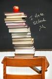 Pila di libri su uno scrittorio del vecchio banco Fotografia Stock Libera da Diritti