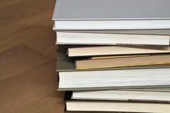 Pila di libri sul pavimento Fotografie Stock
