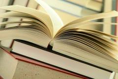 Pila di libri sulla tabella Fotografia Stock Libera da Diritti