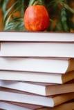 Pila di libri sulla tavola di legno per la lettura con il ap red delicious Fotografia Stock Libera da Diritti
