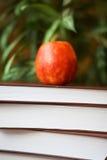Pila di libri sulla tavola di legno per la lettura con il ap red delicious Immagine Stock Libera da Diritti