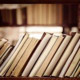 Pila di libri sullo scaffale per libri delle biblioteche - composizione quadrata Fotografie Stock Libere da Diritti