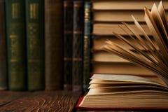 Pila di libri sullo scaffale per libri, primo piano Istruzione che impara concep immagine stock