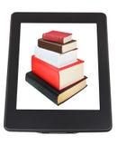 Pila di libri sullo schermo del lettore del libro elettronico Fotografia Stock