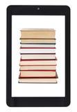 Pila di libri sullo schermo del pc della compressa isolato Immagine Stock Libera da Diritti