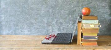 Pila di libri, un computer portatile ed occhiali, imparanti, lettura, istruzione, grande spazio della copia immagine stock libera da diritti